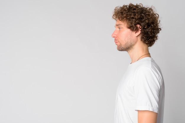 Portret van knappe man met krullend haar op wit