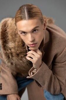 Portret van knappe man met lang blond haar