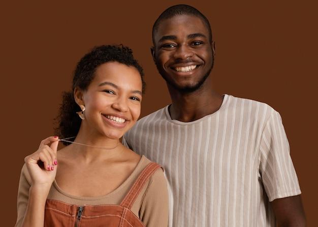 Portret van knappe man met smiley mooie vrouw