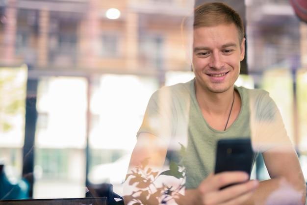 Portret van knappe man ontspannen in de coffeeshop