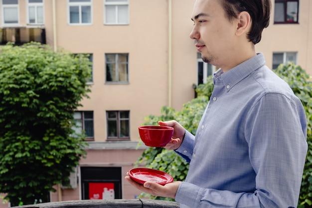 Portret van knappe man ontspannen met een kopje thee