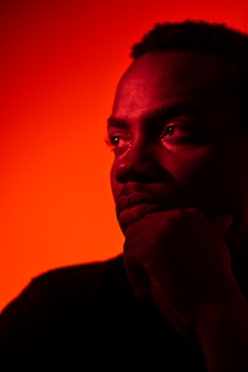 Portret van knappe man over oranje achtergrond