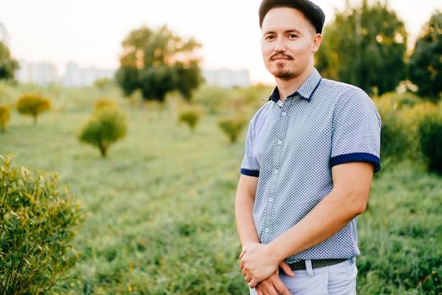 Portret van knappe man poseren in de zomer op aard