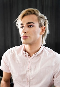 Portret van knappe mannelijke make-up look