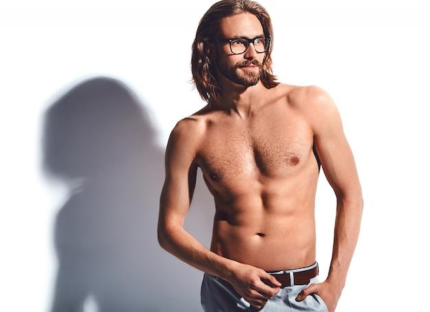 Portret van knappe mode stijlvolle hipster model man met blote borst in glazen op wit