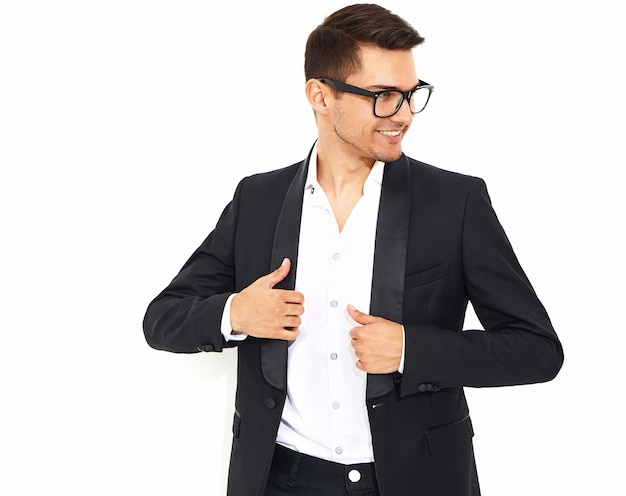 Portret van knappe mode stijlvolle hipster zakenman model gekleed in elegant zwart klassiek pak