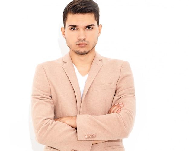 Portret van knappe mode stijlvolle zakenman model gekleed in elegante licht roze pak poseren. metrosexual