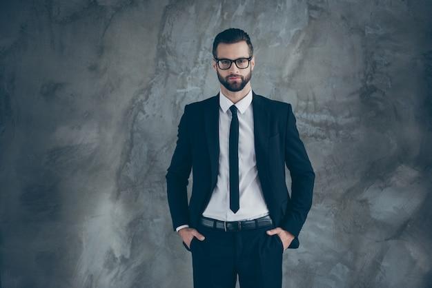 Portret van knappe serieuze kerel freelancer bedrijfseigenaar kijken klaar beslissen beslissingen kiezen keuze dragen trendy outfit geïsoleerd over grijze kleur muur