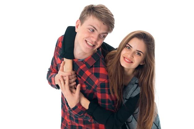 Portret van knappe stijlvolle verliefde paar plezier in studio geïsoleerd op een witte achtergrond