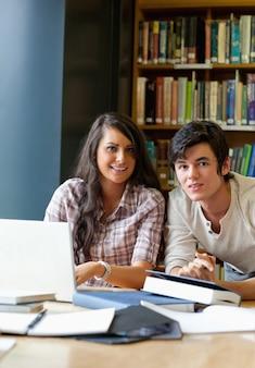 Portret van knappe studenten die samenwerken