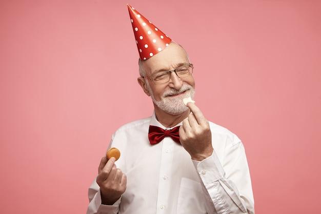 Portret van knappe tevreden vrolijke blanke man