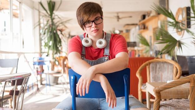 Portret van knappe tiener poseren