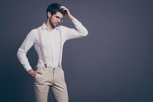 Portret van knappe zakenman charmante verantwoordelijke chief touch perfect kapsel gekleed formalwear wit overhemd beige bretels broek specs.