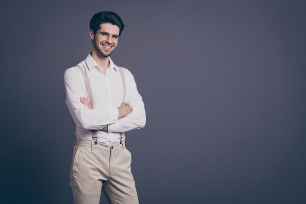 Portret van knappe zakenman handen gekruist toothy stralend lachend chef gekleed formalwear wit overhemd beige bretels broek specs.