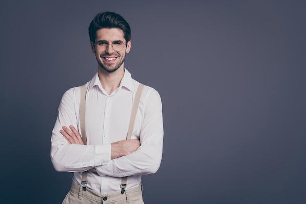 Portret van knappe zakenman handen gekruist toothy stralende glimlachende jonge chef gekleed formalwear wit overhemd beige bretels specs.