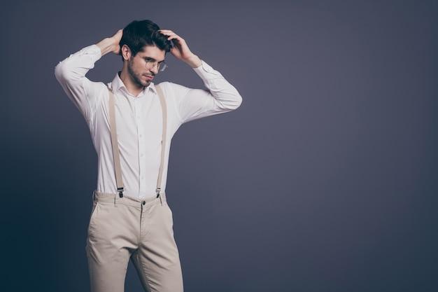 Portret van knappe zakenman macho verantwoordelijke chef touch perfect kapsel gekleed formalwear wit overhemd beige bretels broek specs.