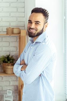 Portret van knappe zwarte afro-amerikaanse man