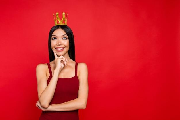 Portret van koninklijke dame opzoeken op rode glans muur wang vinger