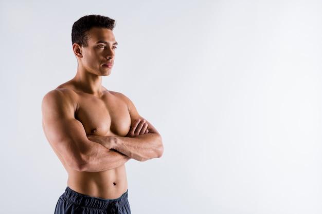 Portret van krachtige sterke inhoud gebruinde man wereldkampioen gevouwen armen