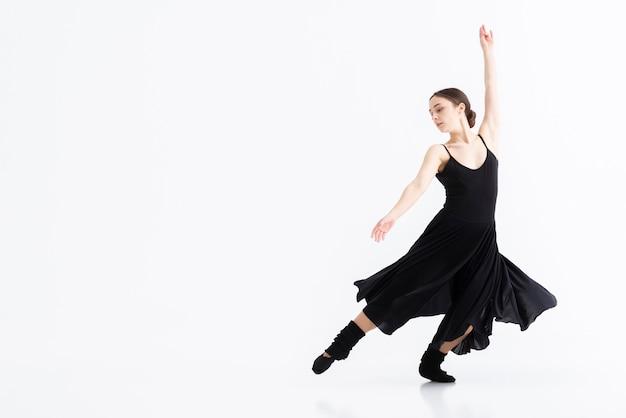 Portret van kunstenaar die dans met exemplaarruimte uitvoert