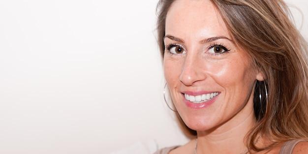 Portret van lachende 30 jaar oude mooie vrouw in webbanner sjabloon kop