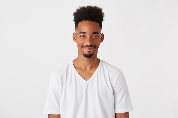 Portret van lachende aantrekkelijke afro-amerikaanse jonge man