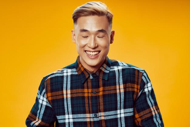 Portret van lachende aziatische man