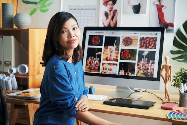 Portret van lachende aziatische stockfoto-ontwerper
