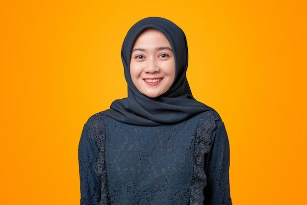 Portret van lachende aziatische vrouw