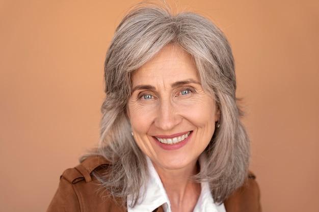 Portret van lachende elegante senior woman