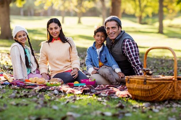 Portret van lachende familie in het park