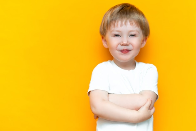 Portret van lachende gelukkig kind 3 jaar oud gemengd ras half aziatische half kaukasische met blonde haren en groene ogen