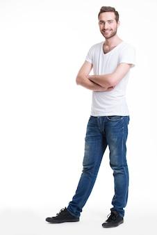 Portret van lachende gelukkig man in casuals in volle groei - geïsoleerd op wit
