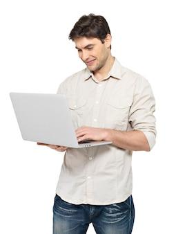 Portret van lachende gelukkig man met laptop in casuals - geïsoleerd op wit. concept communicatie.