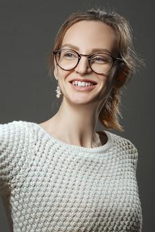 Portret van lachende gelukkig meisje