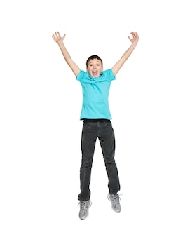 Portret van lachende gelukkige tienerjongen springen met opgeheven handen omhoog - geïsoleerd op wit