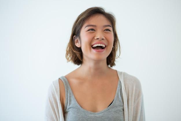 Portret van lachende jonge aziatische vrouw