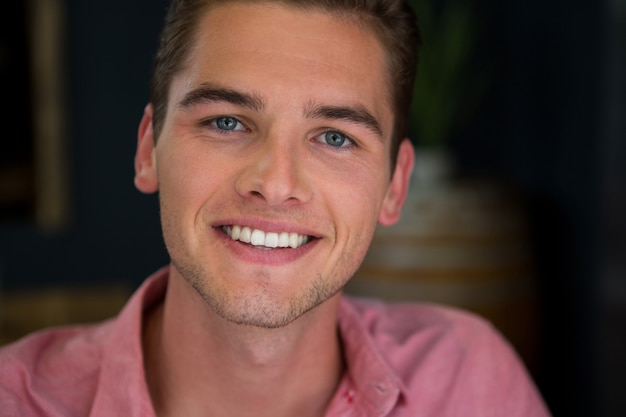 Portret van lachende jonge man in coffeeshop
