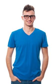 Portret van lachende jonge man mode bril