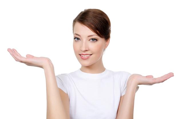 Portret van lachende jonge vrouw die tussen twee dingen kiest