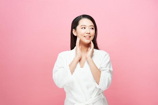 Portret van lachende jonge vrouw geïsoleerd op roze background