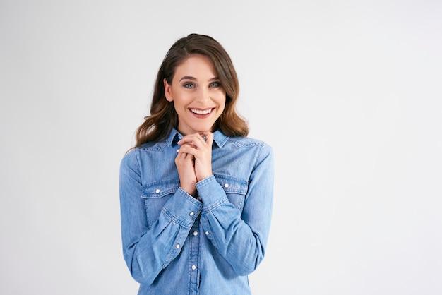 Portret van lachende, jonge vrouw