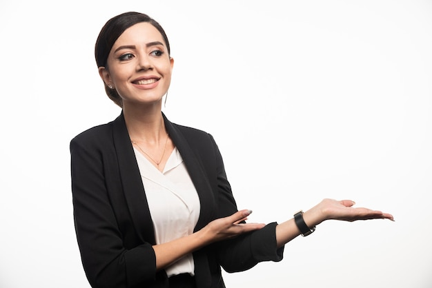 Portret van lachende jonge zakenvrouw poseren.