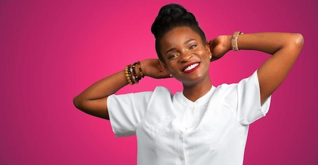 Portret van lachende jonge zwarte vrouw
