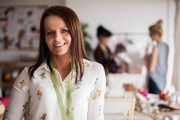 Portret van lachende kleermaker in de werkplaats