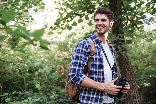 Portret van lachende mannelijke wandelaar in forest