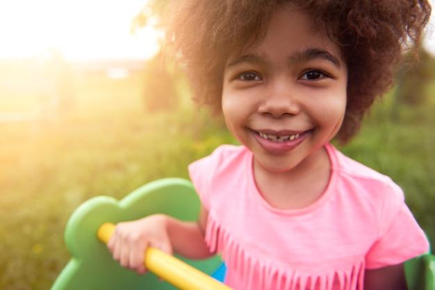 Portret van lachende meisje close-up