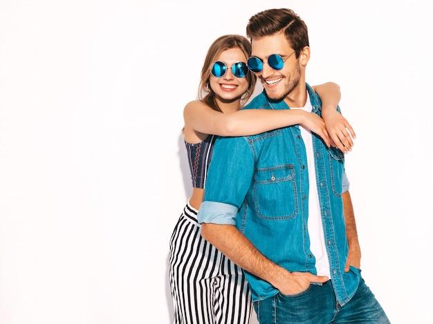 Portret van lachende mooi meisje en haar knappe vriendje lachen. gelukkig vrolijk paar in zonnebril.