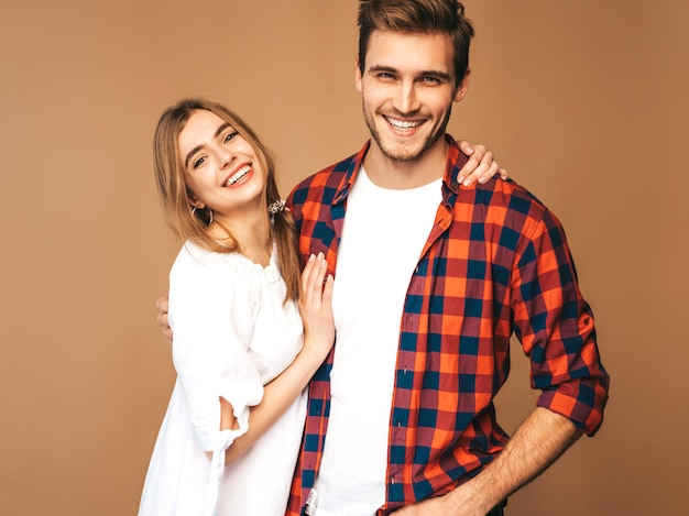 Portret van lachende mooi meisje en haar knappe vriendje lachen.