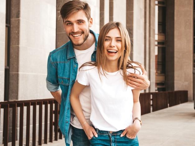 Portret van lachende mooi meisje en haar knappe vriendje. vrouw in casual zomer jeans kleding. . knuffelen